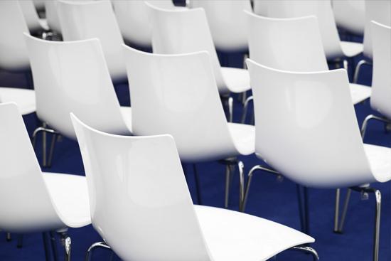 sillas blancas